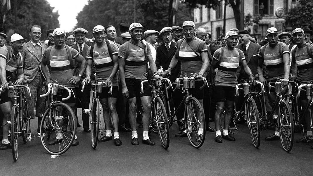 A black and white photo of the competitors in the 1932 Tour de France.